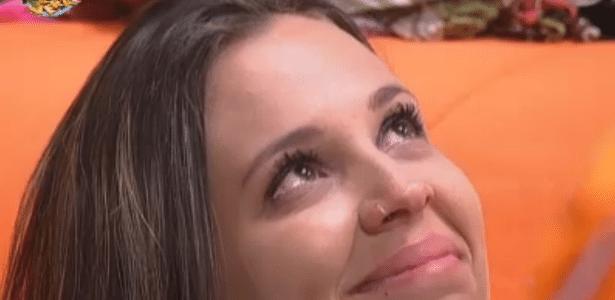 Angelis chora ao pegar seus presentes de volta