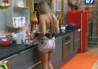 Após ter recusado jantar, Manoella faz lanche sozinha na cozinha - Reprodução/Record