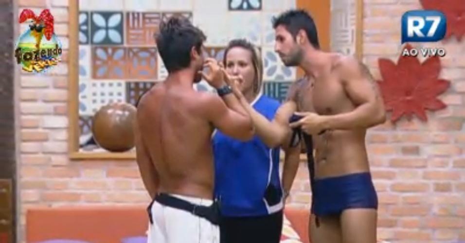 Thyago e Ísis comemoram vitória e comentam com Victor atividade na piscina