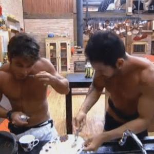 Victor e Thyago terminam de comer o pudim feito por Manoella