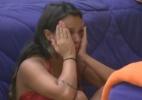 Enquanto arrumava a cama, Angelis suspira e chora - Reprodução/Record