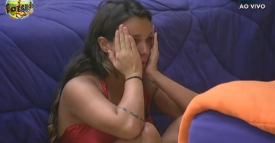 Angelis chora ao arrumar cama