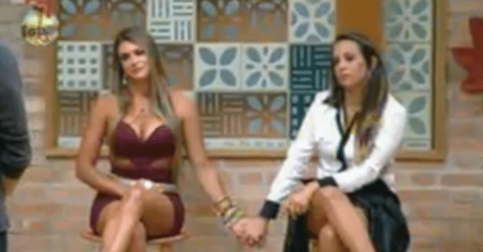 Angelis e Manoella ficam de mãos dadas para ouvirem o resultado da roça