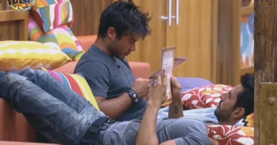 Thyago e Victor passam o texto na sala