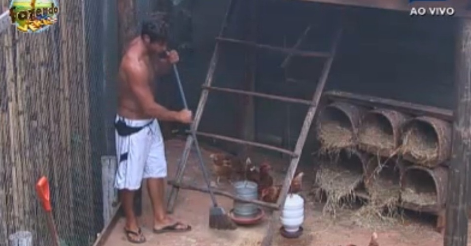 Victor limpa o galinheiro