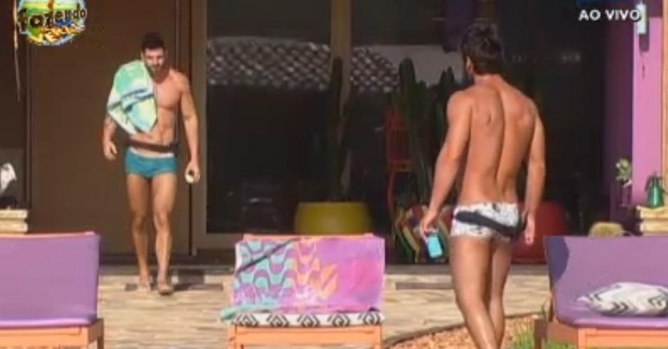 Thyago e Victor saem da sede para tomar sol