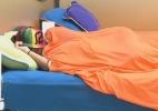 Angelis dorme enquanto peões realizam tarefas obrigatórias - Reprodução/Record
