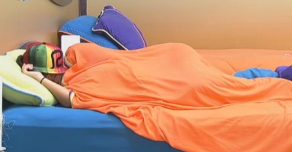 Angelis dorme enquanto peões realizam tarefas obrigatórias