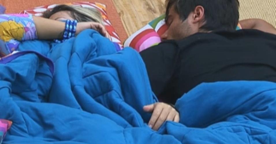 Peões dormem após atividades obrigatórias e Ísis ronca na sala