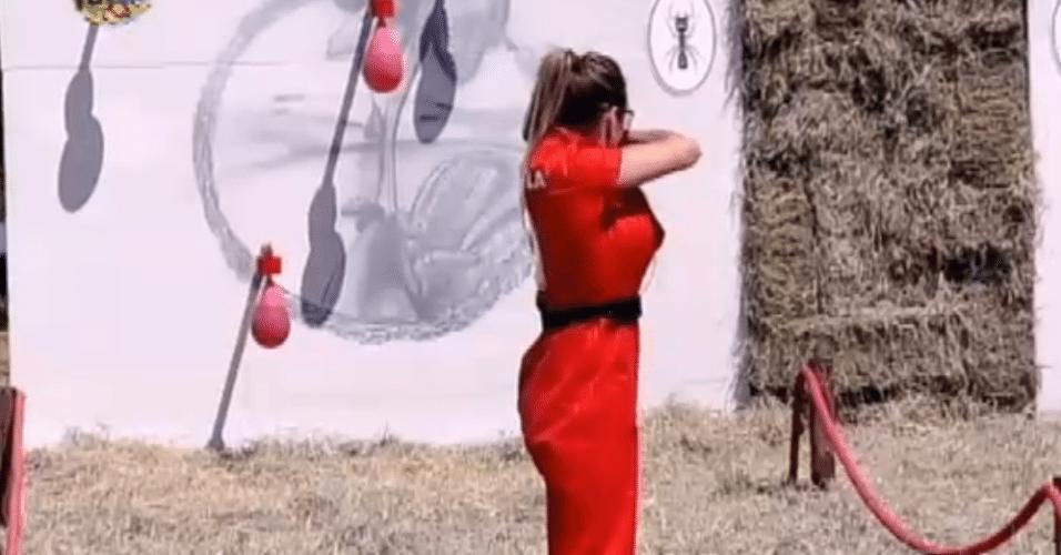 Na prova, os dois competidores precisaram estourar bexigas usando um estilingue. Quem atingisse todas as bexigas primeiro venceria o duelo