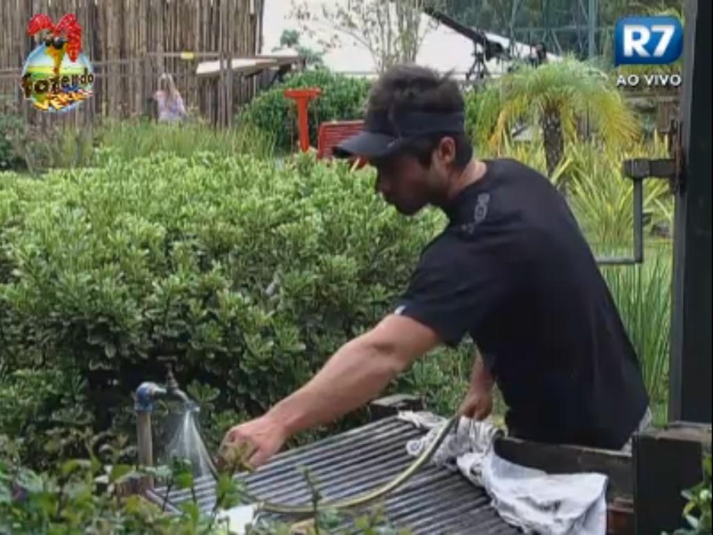 Victor ajuda Thyago a resolver problema com a mangueira