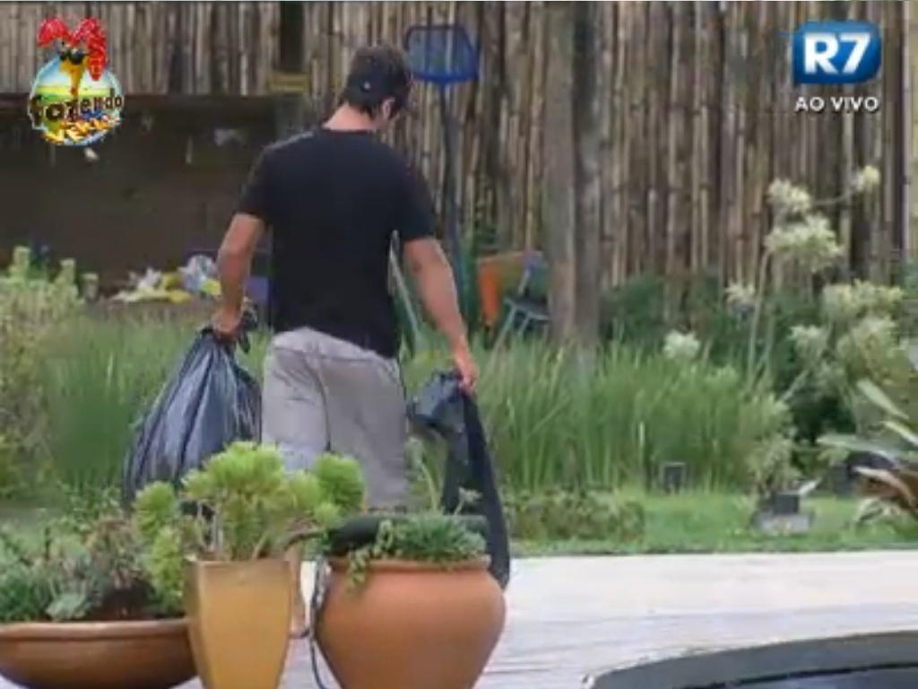 Victor retira o lixo da sede