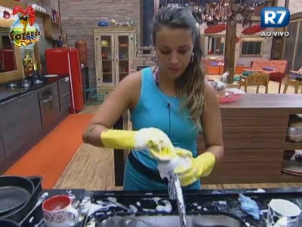 Angelis lava a louça antes do almoço