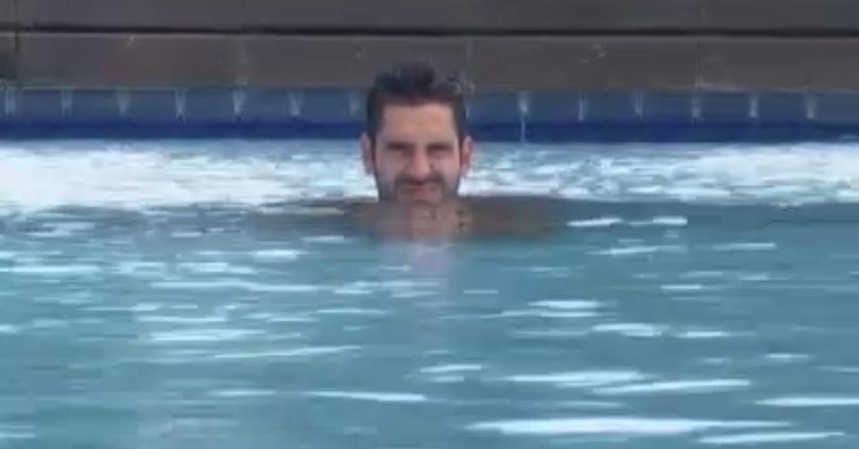 Thyago se isola na piscina