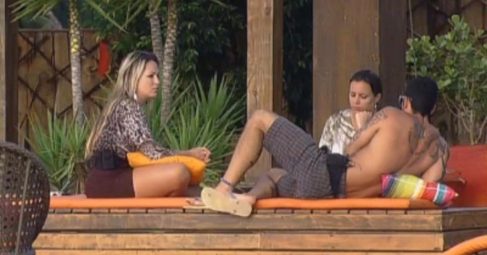 Angelis, Ísis e Thyago falam sobre ex-peões e acabam discutindo