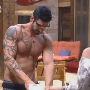 Thyago põe óculos usados para cortar lenha para picar cebola