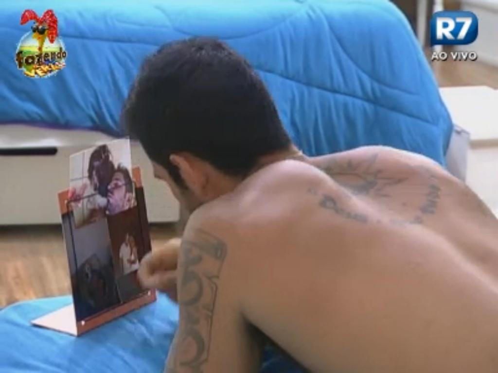 Thyago vê foto de seus familiares