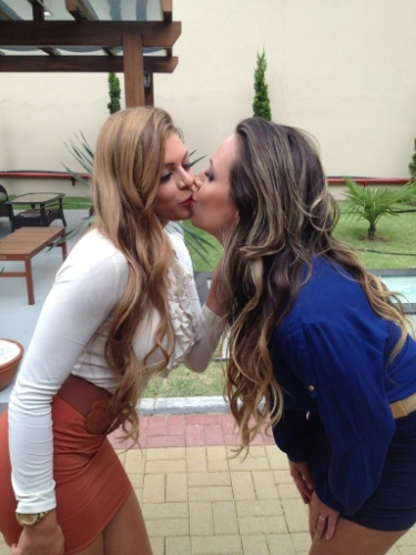 Angelis e Manoella oficializam o namoro