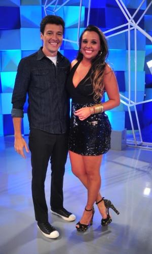 Angelis posa ao lado do apresentador Rodrigo Faro