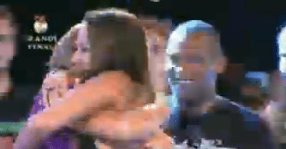 Depois de comemorar com a família, Angelis abraça Manoella