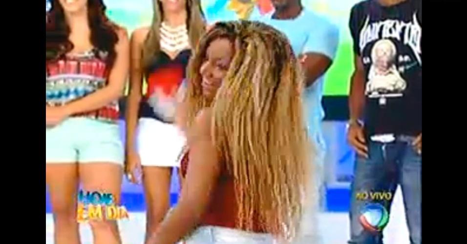 Karine dança funk e dá uma caveira para Angelis