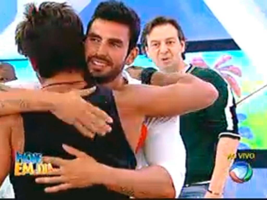 Thyago e Victor se abraçam em brincadeira durante