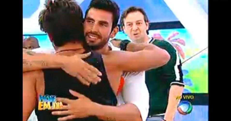 """Thyago e Victor se abraçam em brincadeira durante """"Hoje em Dia"""""""