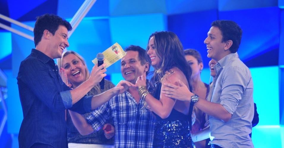 Visivelmente emocionada, Angelis recebe o cheque de R$ 1 milhão das mãos de Rodrigo Faro