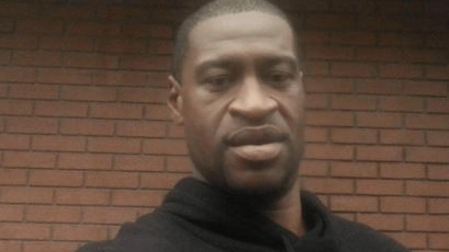 George Floyd, de 46 anos, foi sufocado enquanto era imobilizado por um policial branco que colocou seu joelho no pescoço dele por quase nove minutos, em 25 de maio - REPRODUÇÃO