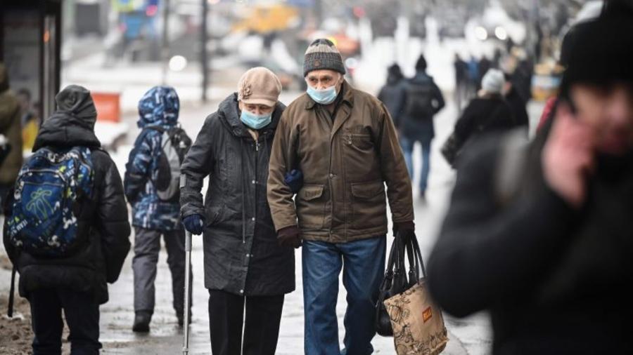 Casal de idosos caminha em rua de Moscou, na Rússia - Alexander Nemenov/AFP
