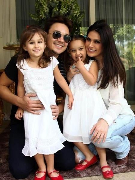 O músico e cantor Leandro, vocalista do grupo KLB, com a mulher, a modelo Natália Guimarães e as filhas gêmeas Maya e Kiara - Marcos Ribas/Brazil News