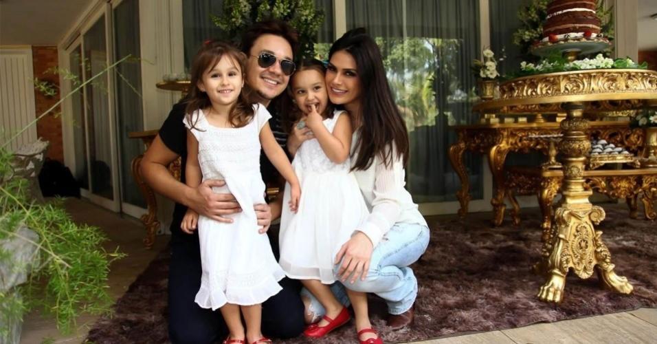 O músico e cantor Leandro, vocalista do grupo KLB, comemora seu aniversário de 36 anos com a mulher, a modelo Natália Guimarães e as filhas gêmeas Maya e Kiara em sua residência, na zona sul de São Paulo