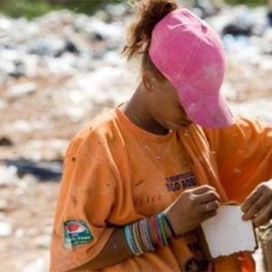 Menina trabalha como catadora no lixão da Estrutural, no Distrito Federal