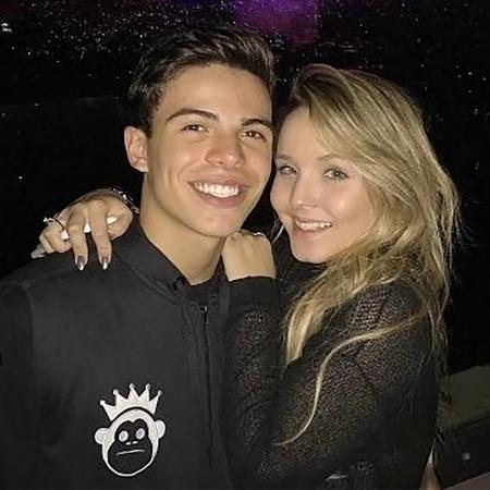 Thomaz postou foto com Larissa Manoela no show, mas a atriz não publicou nenhuma com ele - Reprodução/Instagram/thocostaoficial