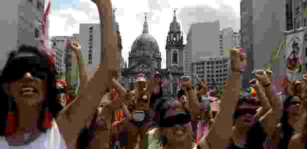 """Mulheres em bloco de carnaval realizam performance de """"O estuprador é você"""", hino feminista que viralizou nas redes e rodou o mundo - Ricardo Moraes/Reuters"""