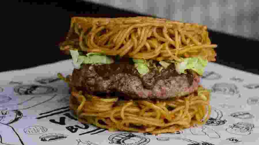 O hambúrguer sem pão - feito de lámem - é uma das atrações da feira Smorgasburg - Divulgação