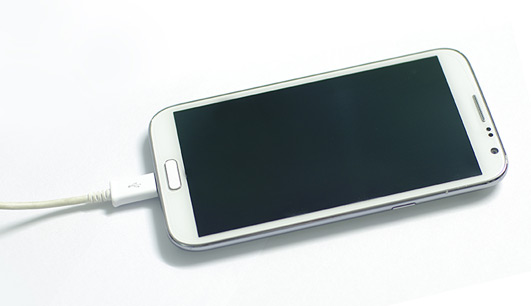 Usar carregador de outra marca pode estragar meu celular?