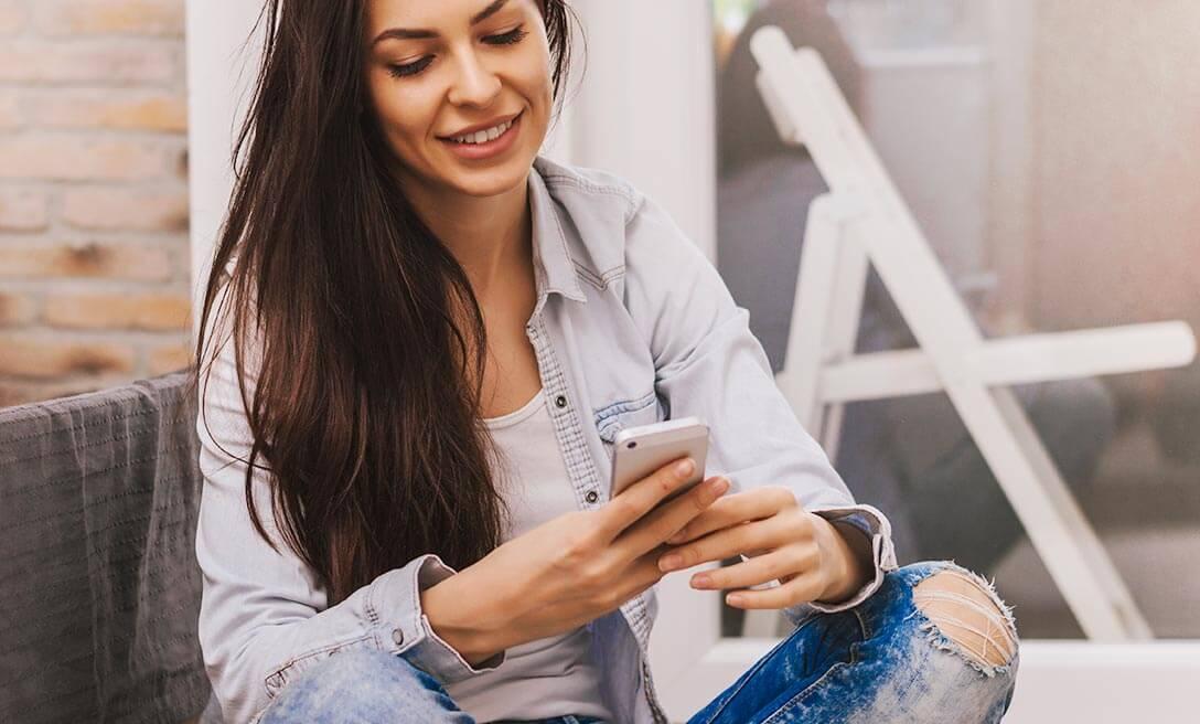 Mulher utilizando smartphone