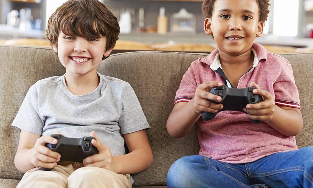 Dois meninos jogando vídeogame