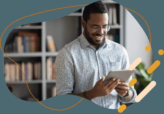 Empreendedor com um tablet na mão