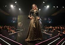 Atriz Flávia Alessandra, puro luxo no desfile