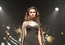 Modelo Rebecca Gobbi em preto nada básico