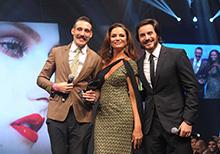 Luiza Brunet e Ricardo Tozzi entregam prêmio a Vicente Lujan