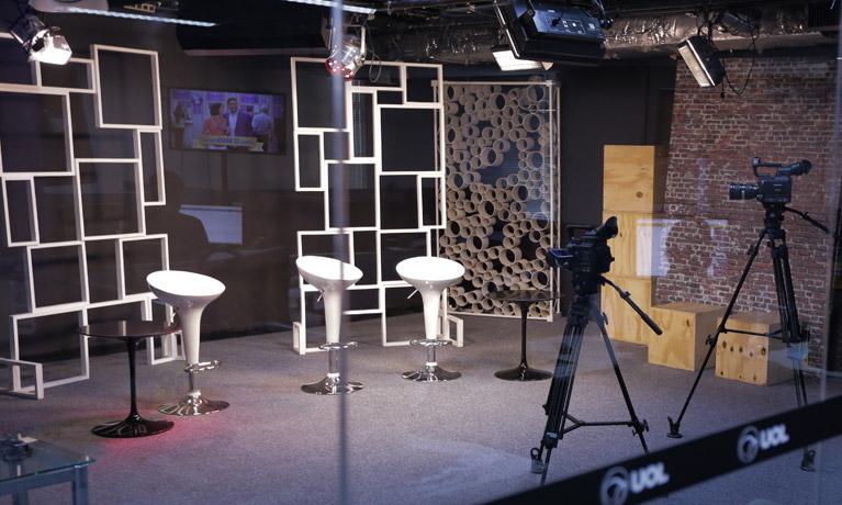 estúdio de gravação com cadeiras e câmeras